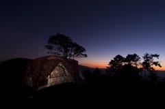 有启发性野营的帐篷在晚上 图库摄影