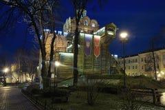 有启发性金门和智者雅罗斯拉夫纪念碑-一Kyiv著名地标在冬天早晨 乌克兰 免版税库存照片
