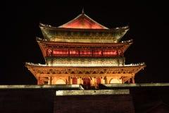 有启发性钟楼在西安,中国在晚上 免版税库存照片