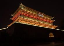 有启发性钟楼在西安,中国在晚上 库存照片