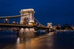 有启发性铁锁式桥梁的美丽的夜射击在横跨多瑙河的布达佩斯在匈牙利 免版税库存照片