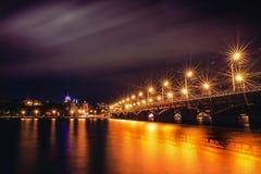 有启发性Chernavsky桥梁在夜、沃罗涅日市,剧烈的都市风景看法向右岸或街市里与反射 免版税库存图片