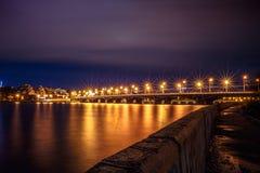 有启发性Chernavsky桥梁在夜、沃罗涅日市,剧烈的都市风景看法向右岸或街市里与反射 库存照片