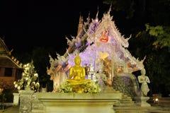 有启发性Wat Sri素攀武里银寺庙在城镇 免版税库存照片