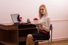 有吸引力女性工作在圣诞节的办公室 库存照片