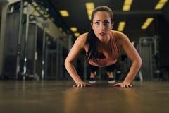 年轻有吸引力女性解决在健身房 免版税库存照片