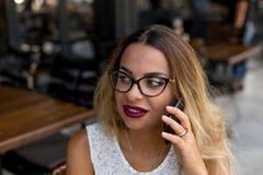 有吸引力女性讲话在手机 免版税库存照片