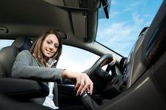年轻有吸引力妇女驾驶 库存图片
