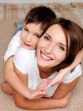 有吸引力愉快她的母亲微笑的儿子 免版税库存照片