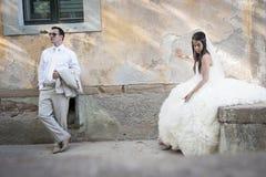 年轻有吸引力最近婚姻倾斜反对岩石墙壁放松的夫妇 库存图片