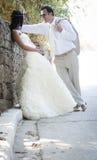 年轻有吸引力最近婚姻倾斜对岩石墙壁的夫妇 图库摄影