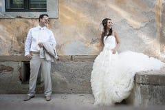 年轻有吸引力最近婚姻放松在服务以后的夫妇 免版税库存图片