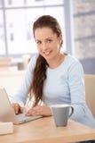有吸引力浏览女性家庭互联网 免版税库存照片