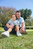有吸引力爸爸和儿子微笑 免版税库存照片