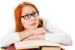 有吸引力的书女孩玻璃头发的红色 免版税图库摄影
