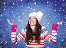 有吸引力的享用的女孩雪冬天年轻人 库存图片