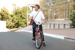 有吸引力的人骑马自行车 库存图片