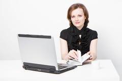 有吸引力的企业女孩膝上型计算机 库存照片