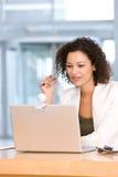 有吸引力的企业膝上型计算机妇女工&# 免版税库存图片