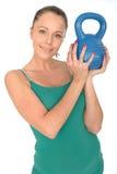 有吸引力的健康拿着5kg水壶响铃重量的适合少妇 免版税库存图片