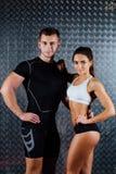 有吸引力的健身夫妇室内画象 免版税库存图片