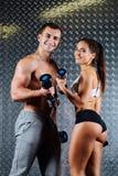 有吸引力的健身夫妇室内画象 免版税图库摄影