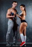 有吸引力的健身夫妇室内画象 库存图片