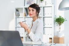 年轻有吸引力的办公室工作者水杯茶,有咖啡休息在早晨,准备好在工作天 免版税图库摄影