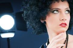 有吸引力的卷曲女孩理发年轻人 库存图片