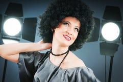 有吸引力的卷曲女孩理发年轻人 免版税库存图片