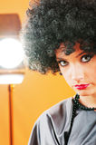 有吸引力的卷曲女孩理发年轻人 图库摄影