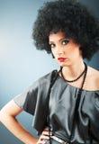 有吸引力的卷曲女孩理发年轻人 免版税图库摄影