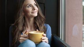 有吸引力的咖啡饮用的妇女 影视素材
