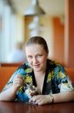 有吸引力的咖啡馆妇女年轻人 免版税库存照片