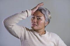 有吸引力的哀伤和沮丧的中部剧烈的画象变老了亚裔妇女哭泣的无能为力的遭受的消沉问题和忧虑 免版税库存照片