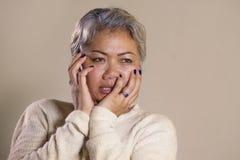 有吸引力的哀伤和沮丧的中部剧烈的画象变老了亚裔妇女哭泣的无能为力的遭受的消沉问题和忧虑 库存照片