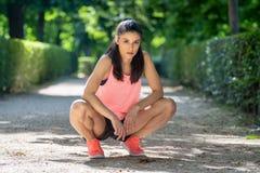 有吸引力的在解决以后的健身拉丁妇女画象在一个现代城市公园 图库摄影