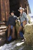 有吸引力的大包夫妇前面干草 免版税库存照片