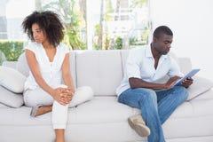 有吸引力的夫妇不谈话在长沙发 免版税库存照片