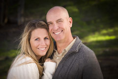 有吸引力的夫妇佩带的毛线衣在公园 库存图片