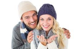 有吸引力的夫妇在冬天塑造微笑对照相机 免版税图库摄影