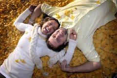 有吸引力的夫妇愉快的人种间微笑的年轻人 免版税库存照片