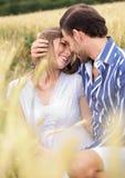 有吸引力的夫妇热情的共享的想法 库存照片