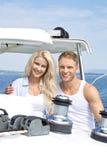 有吸引力的夫妇站立在帆船的-航行旅行。 免版税库存图片