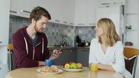 有吸引力的夫妇食用早餐一起在家在厨房 图库摄影