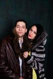 有吸引力的夫妇年轻人 英俊的男人和性感的妇女皮大衣的 图库摄影