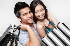 有吸引力的夫妇购物 免版税库存照片