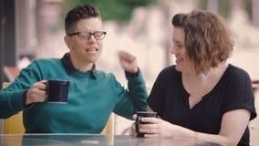 有吸引力的女同性恋的夫妇在城市 股票录像