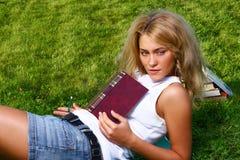 有吸引力的女学生年轻人 免版税库存图片