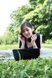 有吸引力的女孩公园放松的年轻人 免版税库存照片
